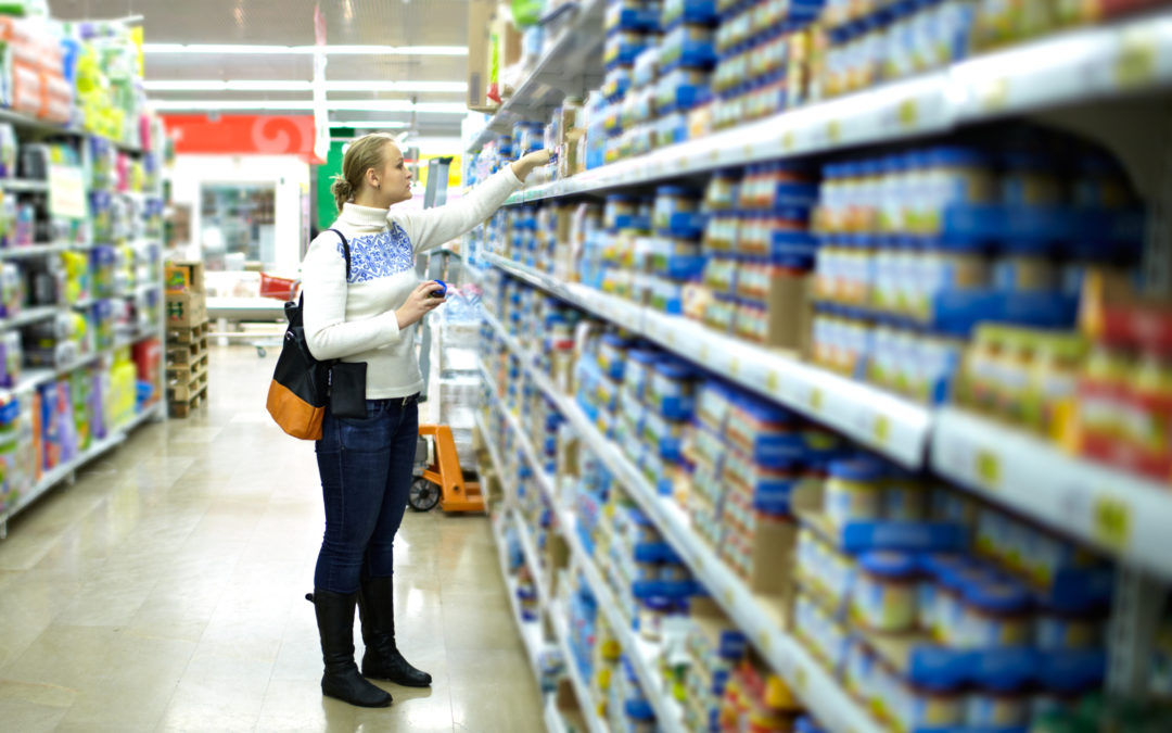 shopper insights featured image : a woman in the supermarket looking at kids' food